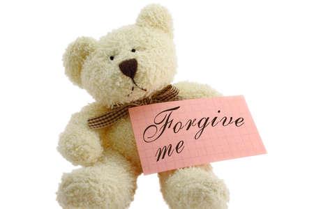 perdonar: Vista frontal de osito de juguete con Perd�name nota, aislados en fondo blanco  Foto de archivo
