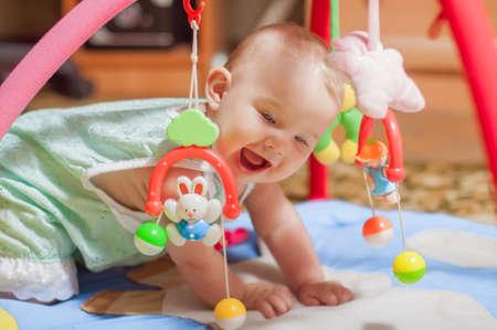 juguetes: peque�o beb� jugando con juguetes en el hogar Foto de archivo