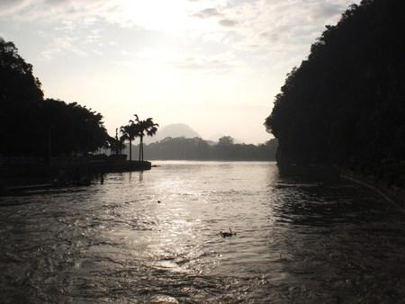 日没の桂林漓江の美しいシーンの画像