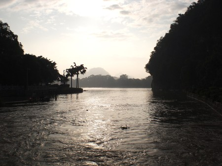 A picture of the beautiful scene of the Lijiang River in Guilin in sunset 版權商用圖片 - 8815857