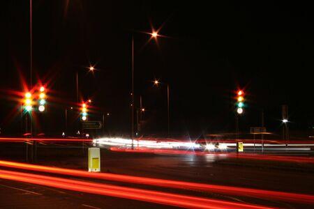 trails of lights: semafori e il traffico sentieri  Archivio Fotografico