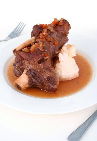 으깬: A tender braised lamb shank with red wine sauce and mashed potatoes 스톡 사진