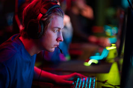 An online strategy tournament for esports players in the cyber games arena. A professional team of cyber-athletes competes with another crew. Banque d'images