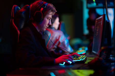During the online game, a team member actively prompts his teammates and communicates teamspeak