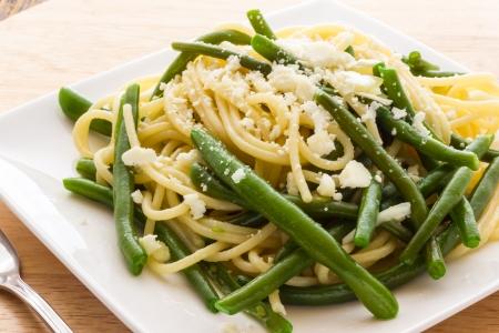 ejotes: Espaguetis con aceite de ajo y judías verdes procedentes de Italia Foto de archivo