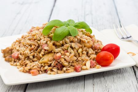 borlotti beans: Spelt with mushrooms and bacon