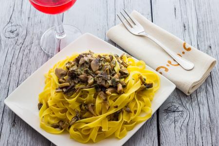 Reale Tagliatelle italiano con funghi