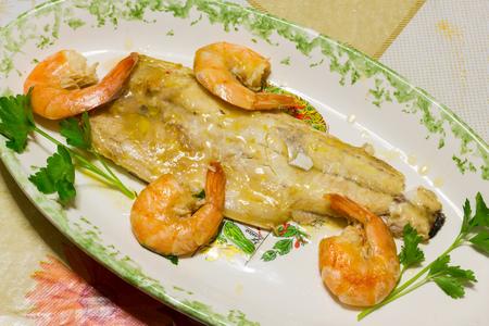 dish fish: Sabroso plato de pescado con camarones Foto de archivo