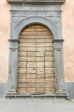 puertas viejas: Puertas viejas Foto de archivo