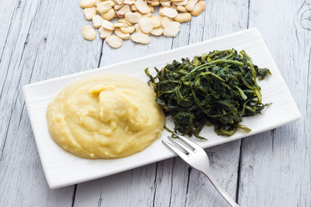 fava: Mashed fava beans with chicory
