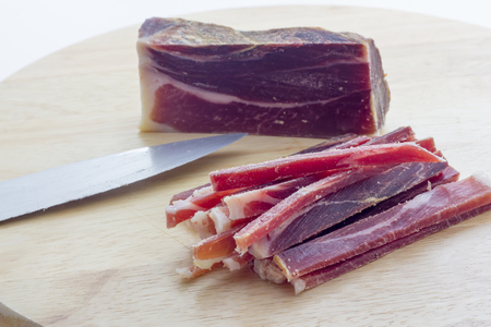 raw bacon: Strips of raw bacon