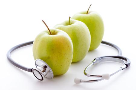 manzana verde: Estetoscopio y manzana Foto de archivo