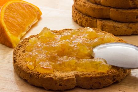 Marmellata di arance sul pane tostato