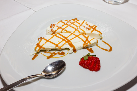 pannacotta: Pannacotta with caramel and strawberries