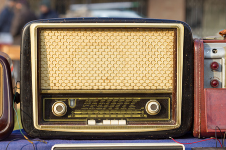 Vintage Radio tubo en un mercado de pulgas