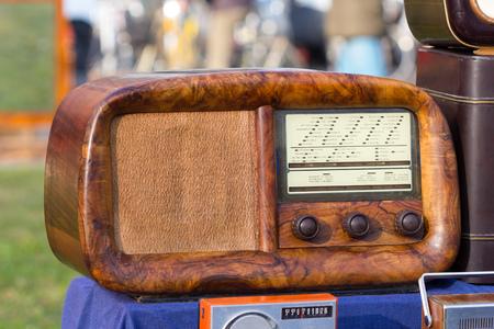 Tubo de radio vintage en un mercado de pulgas