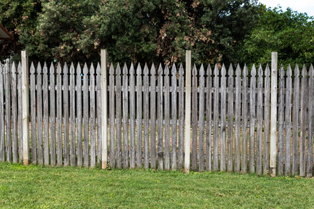 Wooden picket fence in the meadow Banque d'images - 122317108