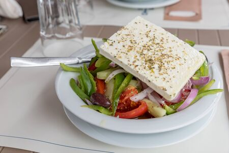 Traditional Greek salad with feta cheese Banque d'images - 150395945