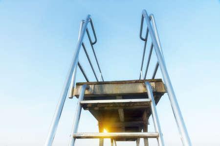 springboard: Trampolín contra el cielo claro