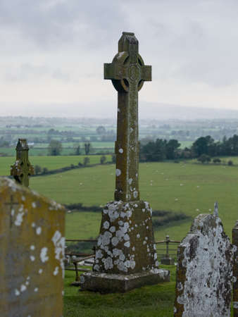 ancient ireland celtic cross: Celtic cross overlooking the countryside at the rock of cashel, Ireland