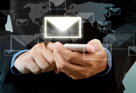 network marketing: Empresario de tel�fono t�ctil inteligente en la mano con la red social de correo electr�nico