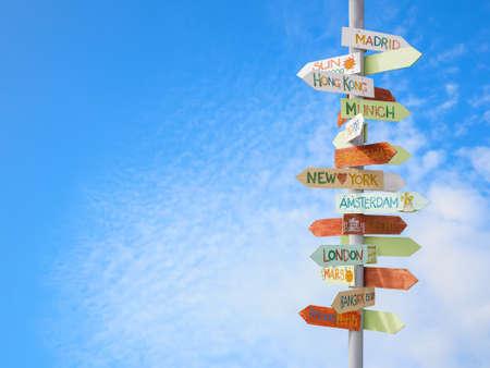 travel: panneau de signalisation de voyage et de ciel bleu Banque d'images