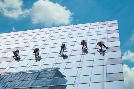 limpiadores: grupo de trabajadores de limpieza de ventanas de servicio en edificio de gran altura