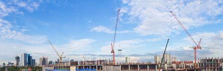 the clear sky: Obra de construcción con el trabajador grúa y edificio panorama