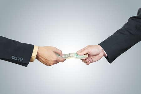 cash money: mano de negocios y dinero para otro por concepto de la corrupción en el fondo blanco