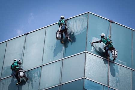 고층 건물에 노동자 청소 Windows 서비스의 그룹