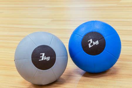 paar Medizin Gewicht Ball auf Holzboden