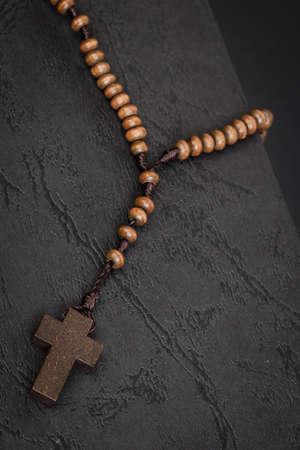 viernes santo: Collar con una cruz cristiana en el libro Santa Biblia, Jes�s concepto de la religi�n como el Viernes Santo o festival de Pascua Foto de archivo