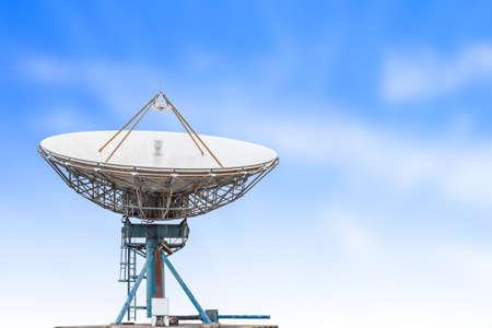 herbe ciel: antenne parabolique antenne radar de grande taille et de ciel bleu fond d'herbe Banque d'images