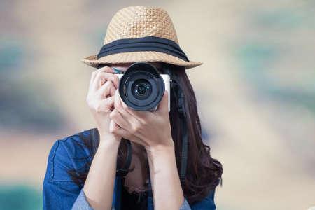 vrouw reiziger draagt blauwe jurk als fotograaf, neem foto met camera outdoor