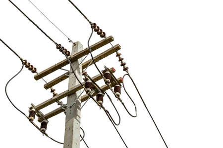electricidad: cables de alambre sobre el poste de electricidad en la ciudad por concepto de seguridad en el fondo blanco