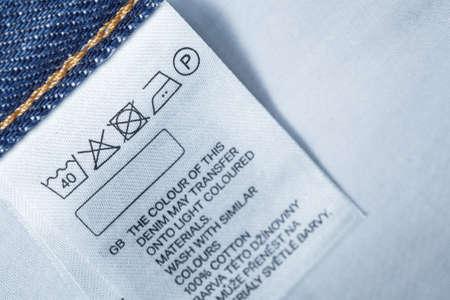 Kleidung Etikett mit Wäschepflegeanleitung, close up