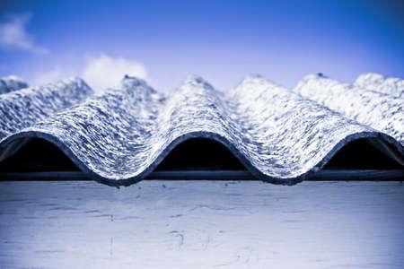 carcinogen: Techo de asbesto peligroso. Los estudios m�dicos han demostrado que las part�culas de amianto pueden causar c�ncer Foto de archivo