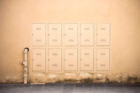 meter box: Caja met�lica protectora del medidor de gas en un edificio de condominios
