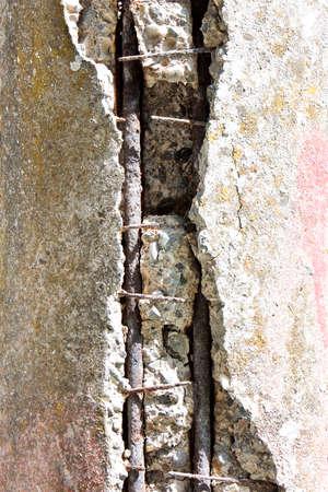 in disrepair: Particolare di palificazione in cemento in stato di rovina - concetto di immagine Archivio Fotografico
