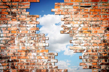libertad: A través de una grieta de una pared de ladrillo que se ve el cielo - concepto Foto de archivo