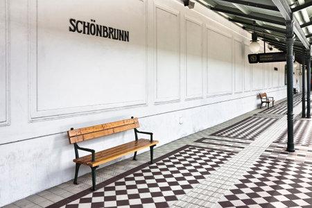 station m�tro: Banc en une plate-forme de la station de m�tro de Schonbrunn - Wien - Autriche �ditoriale