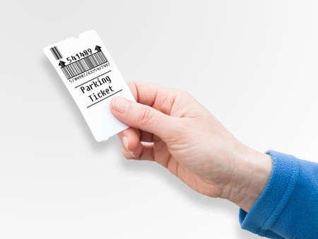女性の手を保持する駐車違反の切符