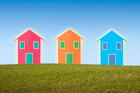 Drie kleine geïsoleerde huizen op een heuvel met een kopie ruimte
