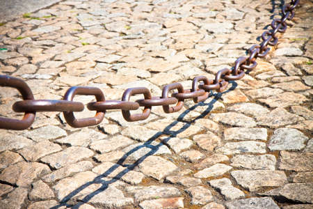 delimitation: Metal chain that marks the city pedestrian area