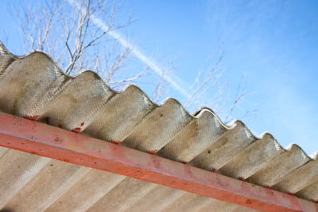 healt: Dangerous asbestos roof - Medical studies have shown that the asbestos particles can cause cancer Stock Photo