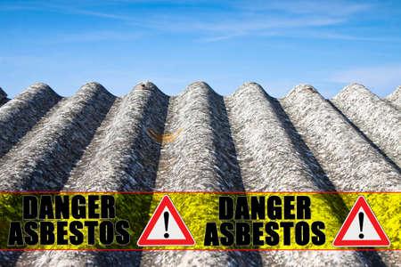 """De boodschap """"gevaar asbest"""" geschreven op een gele streep Stockfoto"""