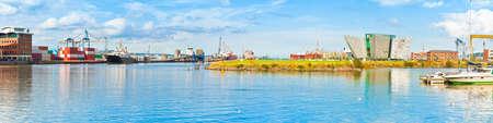 タイタニック号の歴史博物館とベルファストの港のパノラマ ビュー 写真素材