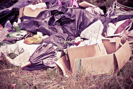 자연에 버려진 병, 상자 및 비닐 봉투로 인한 불법 투기
