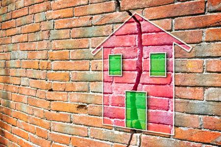 Gebrochene Mauer mit einem farbigen Haus darauf gezeichnet