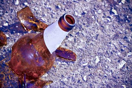 부서진 된 맥주 병 지상 - 알코올 중독 개념 - 이미지 복사본 공간에 휴식